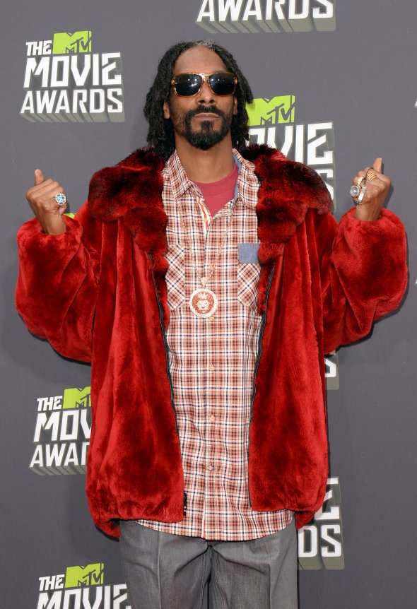 worst-as-always-snoop-dogg-lion-showed-up-in-a-fur-coat-looking-quite-casual-underneath